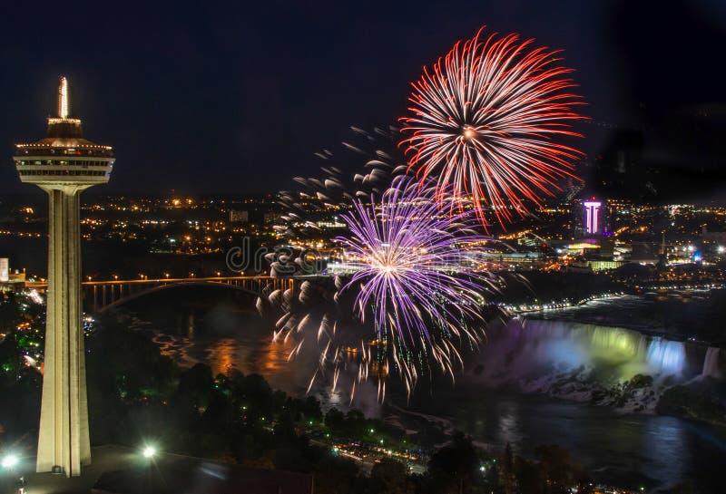Fajerwerki dla Kanada dnia przy Niagara spadkami zdjęcie royalty free