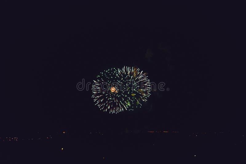 fajerwerki Jaskrawi światła w nocnym niebie zdjęcie royalty free