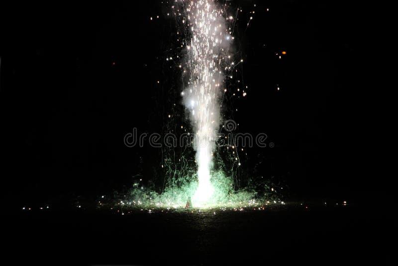 Fajerwerki lub petardy podczas Diwali lub Bożenarodzeniowego festiwalu zdjęcie royalty free