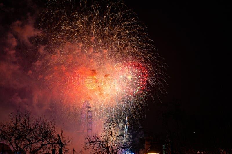 Fajerwerki na brzeg rzeki - świętowanie nowy rok w Lond obraz stock
