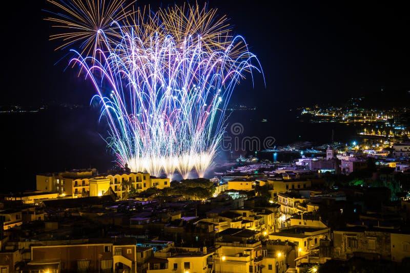 Fajerwerki nad Ischia wybrzeżem obrazy royalty free