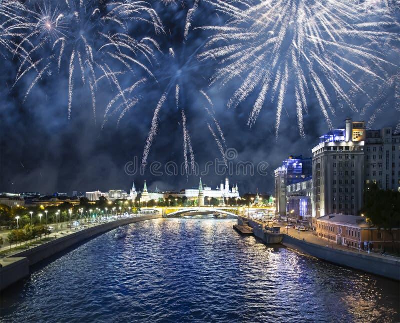 Fajerwerki nad Moskva rzeką i Kremlin przy nocą-- widok od Patriarshy Bridżowy pobliski świątynny Chrystus wybawiciel obrazy royalty free