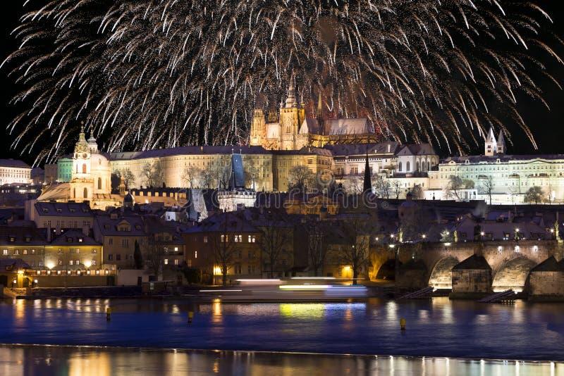 Fajerwerki nad nocy Praga kolorowy śnieżny gothic kasztel z Charles mostem, republika czech fotografia royalty free
