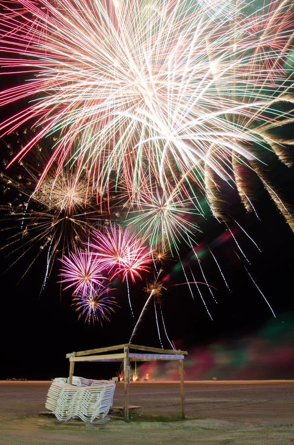Fajerwerki nad plażą na dniu niepodległości zdjęcia stock