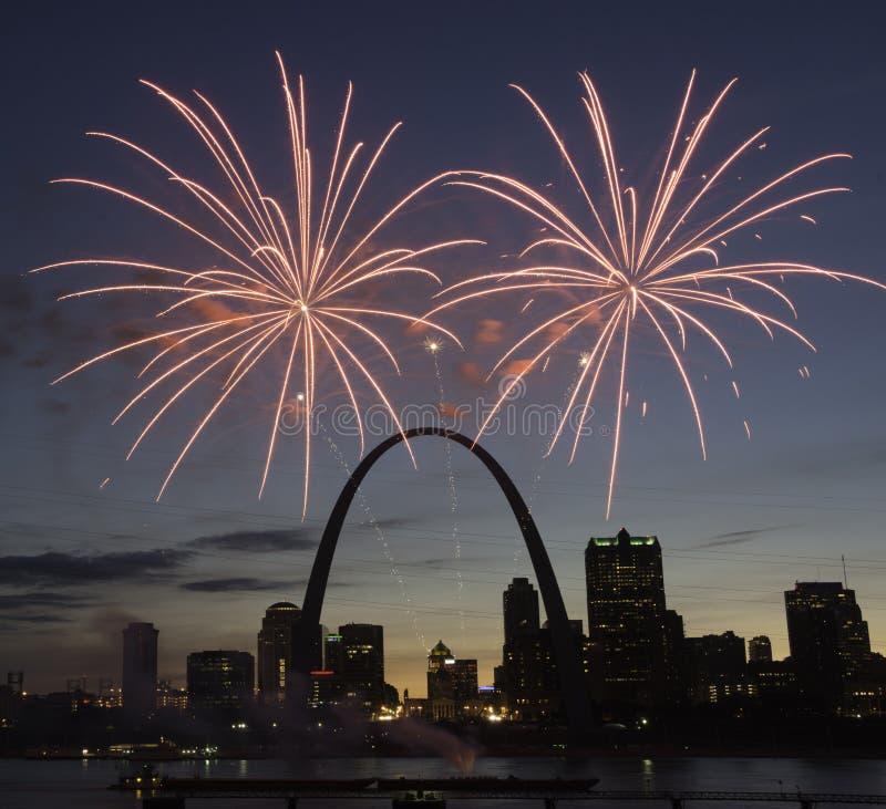 Fajerwerki Nad St Louis linią horyzontu zdjęcia stock