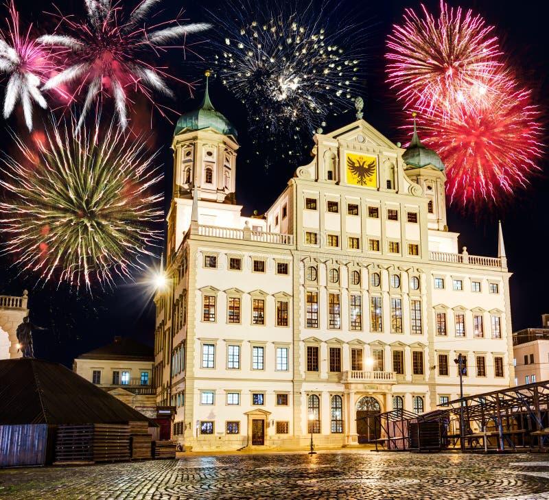 Fajerwerki przy iluminującym urząd miasta Augsburski przy nocą fotografia stock