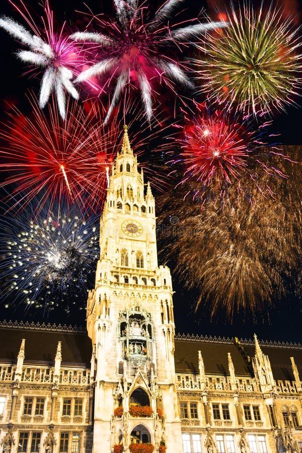 Fajerwerki przy iluminującym urząd miasta Monachium zdjęcie royalty free