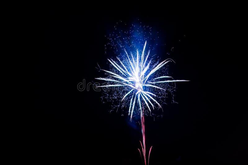 Download Fajerwerki Przy Nowym Rokiem Zdjęcie Stock - Obraz złożonej z płatek, rozrywka: 106918360