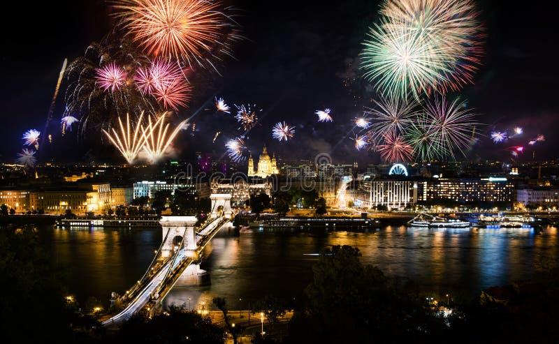 Fajerwerki w Budapest nad łańcuszkowym mostem i miastem zdjęcia royalty free