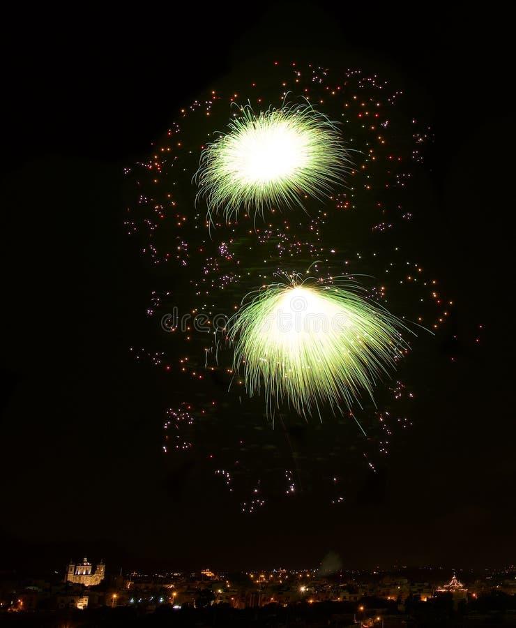 Fajerwerki w ciemnym tle, pomarańczowej czerwieni fajerwerki w zmroku, colourful fajerwerki, nowy rok, Bożenarodzeniowi wakacje,  fotografia royalty free