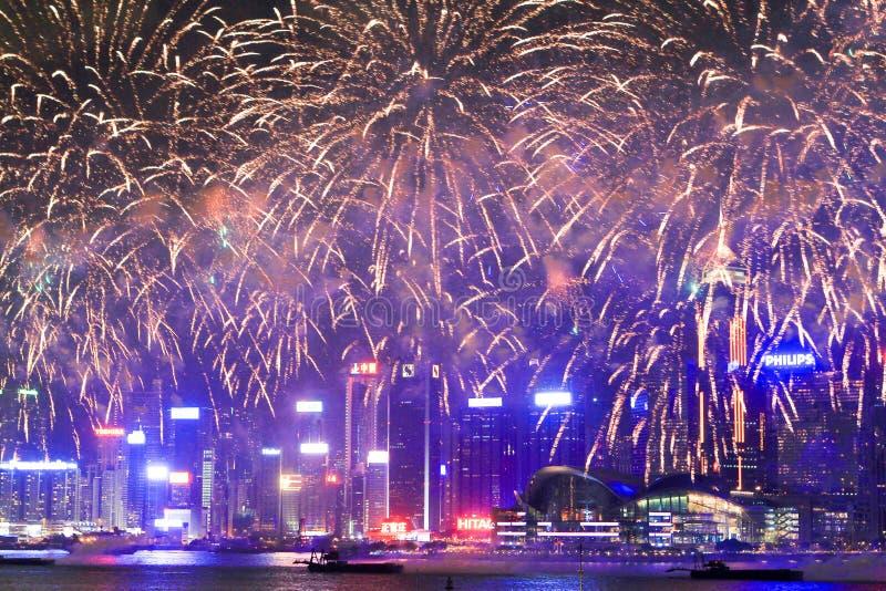 fajerwerki w hk wyspie, linii horyzontu i Pieniężnym okręgu, obrazy royalty free
