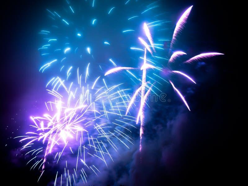 fajerwerki w jakaś Europejskim mieście przy nowy rok wigilią ilustracji