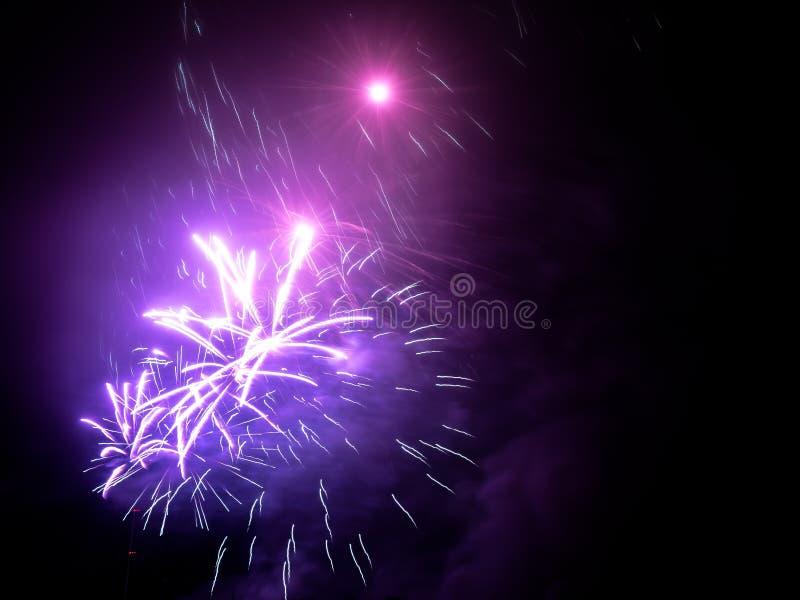 fajerwerki w jakaś Europejskim mieście przy nowy rok wigilią ilustracja wektor