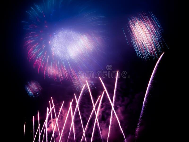 fajerwerki w jakaś Europejskim mieście przy nowy rok wigilią royalty ilustracja