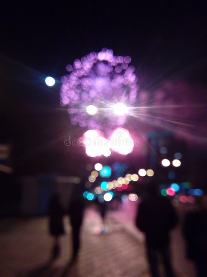 Fajerwerki w mieście Fajerwerki na miasto wakacje zapal niebo Piękno salut wszystkie kolory tło dla desktop obraz royalty free
