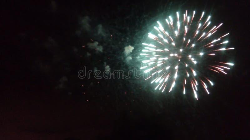Fajerwerki w mieście Fajerwerki na miasto wakacje zapal niebo Piękno salut wszystkie kolory tło dla desktop zdjęcie royalty free