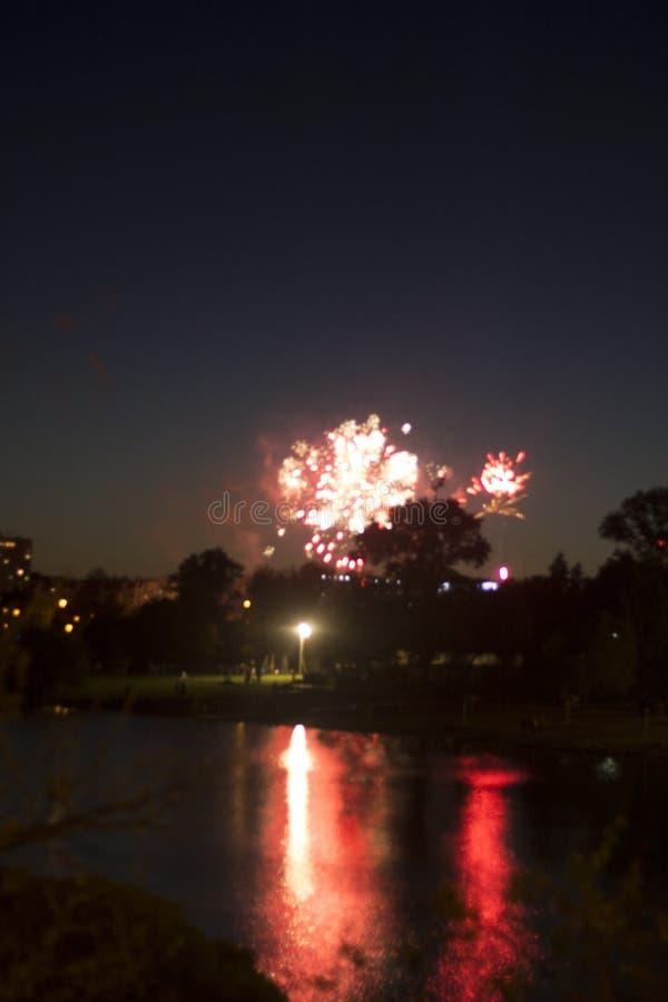 Fajerwerki w mieście Fajerwerki na miasto wakacje zapal niebo Piękno salut wszystkie kolory tło dla desktop fotografia royalty free