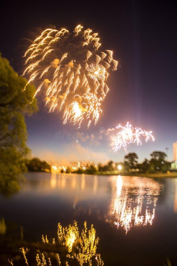 Fajerwerki w mieście Fajerwerki na miasto wakacje zapal niebo Piękno salut wszystkie kolory tło dla desktop obrazy royalty free