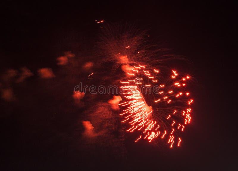 Fajerwerki w mieście Fajerwerki na miasto wakacje zapal niebo Piękno salut wszystkie kolory tło dla desktop zdjęcia stock