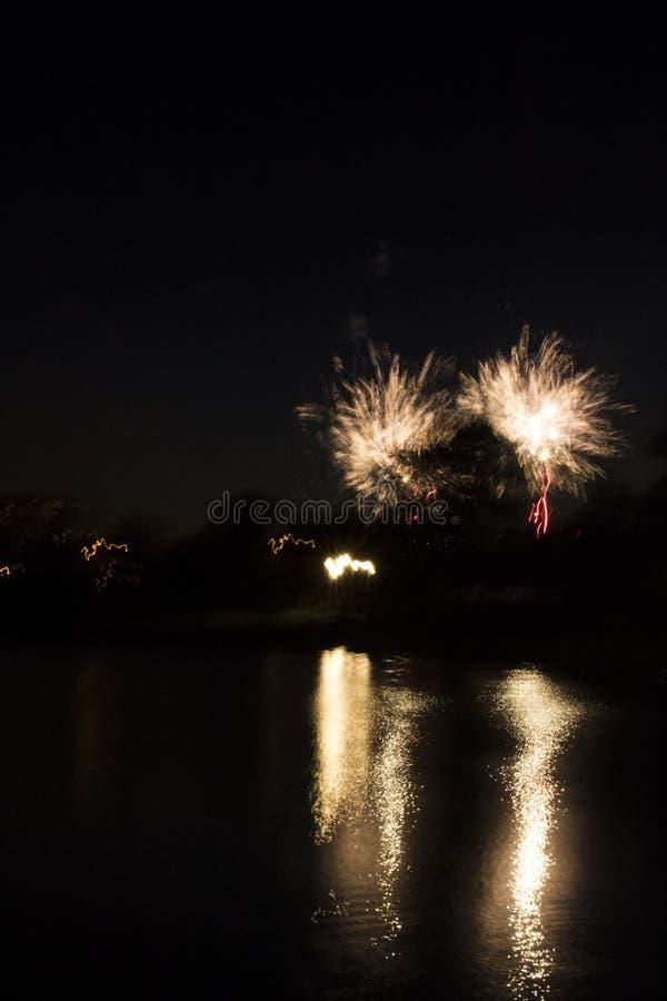 Fajerwerki w mieście Fajerwerki na miasto wakacje zapal niebo Piękno salut wszystkie kolory tło dla desktop obraz stock