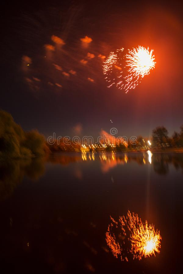 Fajerwerki w mieście Fajerwerki na miasto wakacje zapal niebo Piękno salut wszystkie kolory tło dla desktop obrazy stock
