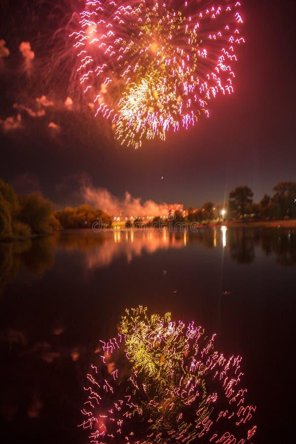Fajerwerki w mieście Fajerwerki na miasto wakacje zapal niebo Piękno salut wszystkie kolory tło dla desktop fotografia stock