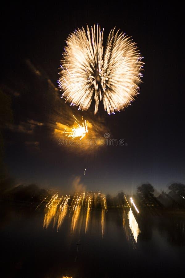 Fajerwerki w mieście Fajerwerki na miasto wakacje zapal niebo Piękno salut wszystkie kolory tło dla desktop zdjęcie stock