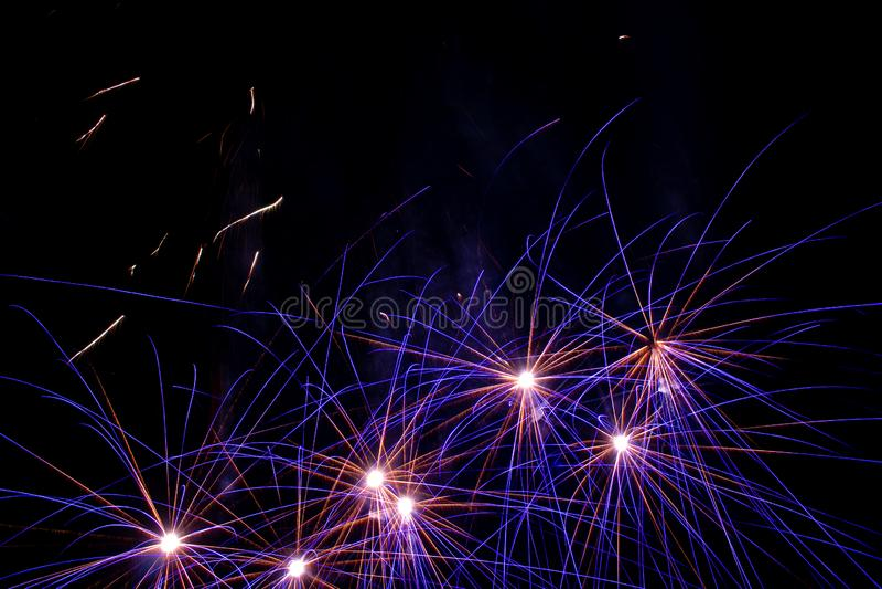 Fajerwerki w niebie Błękitni i żółci światła w formie gwiazdy obrazy stock