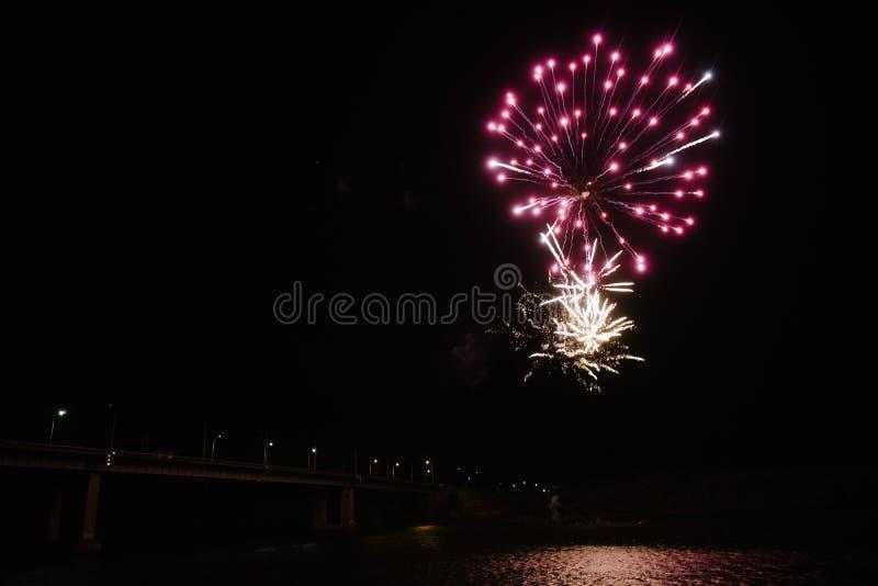 Fajerwerki w nocnym niebie Stubarwni fajerwerki przy noc? obraz royalty free