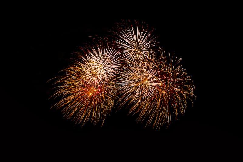 Fajerwerki w nocy Nowego Roku świętowania fajerwerki, Kolorowi fajerwerki nad ciemnym niebem, wystawiającym podczas świętowania w fotografia royalty free