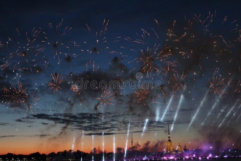 Fajerwerki w wodnych teren rzekach Neva rzeka podczas wakacje ` dzień absolwenta ` Petersburg, uczą kogoś żagle obraz stock