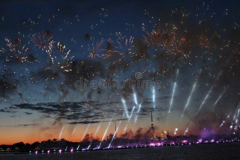 Fajerwerki w wodnych teren rzekach Neva rzeka podczas wakacje ` dzień absolwenta ` Petersburg, uczą kogoś żagle obrazy royalty free