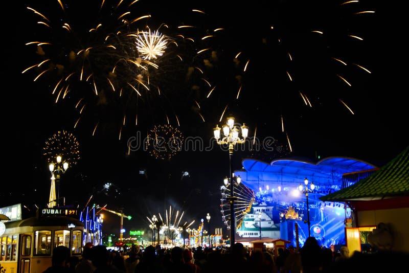 Fajerwerki w zim nocach przy globalną wioską zdjęcie royalty free