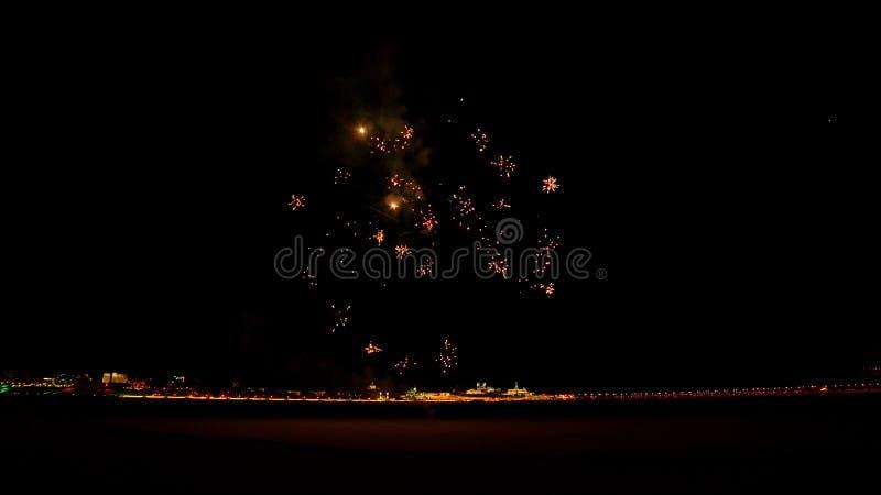 Fajerwerki wybuchają późno w nocy na ulicy fotografia stock