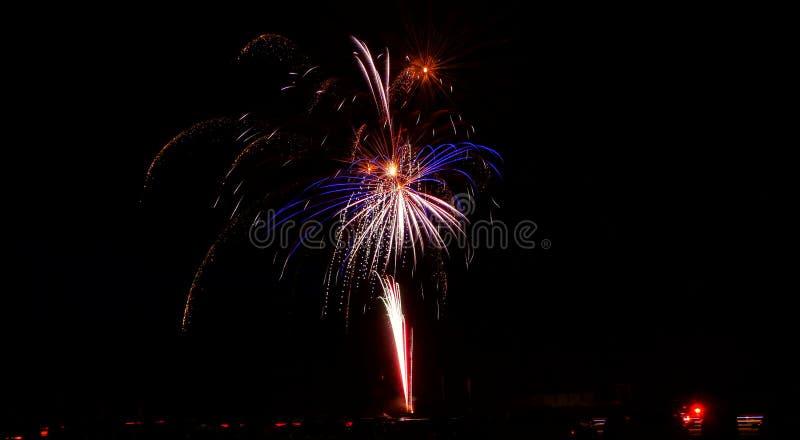Fajerwerki Wypełniają nocne niebo fotografia royalty free