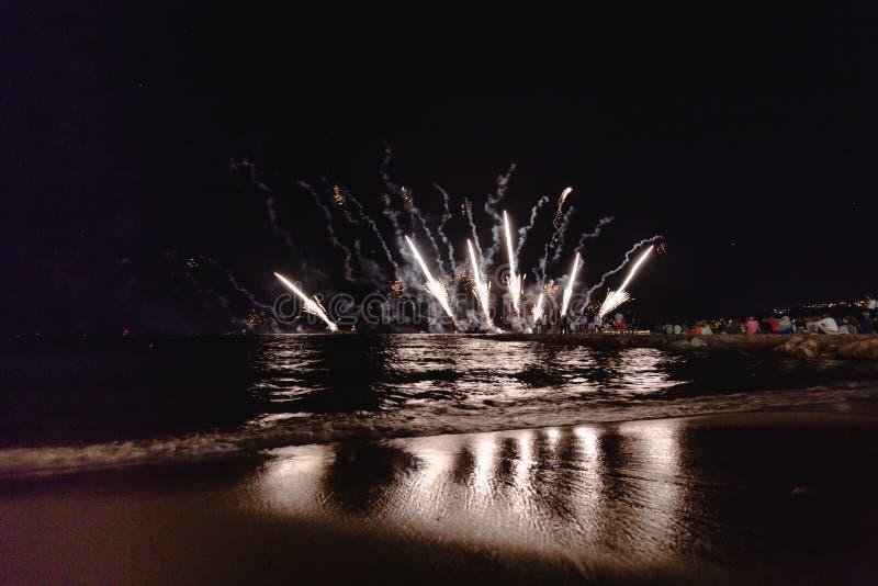 Fajerwerki wystawiają, nocy przedstawienie na nadbrzeżu, pirotechniczny festiwal Antibes Juan les szpilki zdjęcie stock
