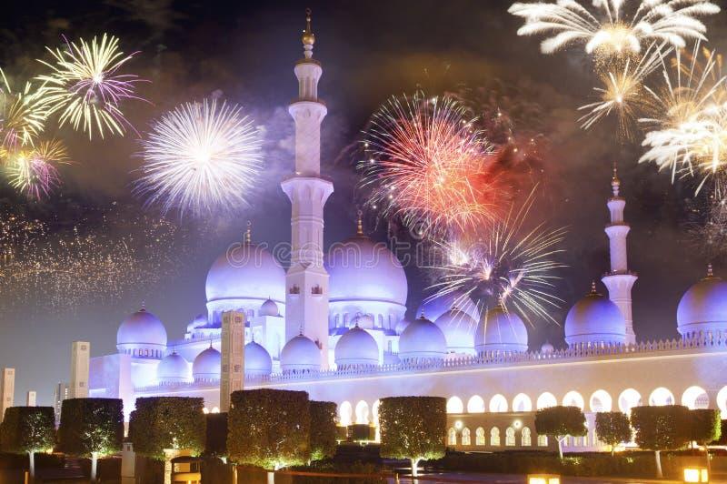 fajerwerki wystawiają przy Sheikh Zayed bielu meczetem Abu Dhabi UAE zdjęcia royalty free
