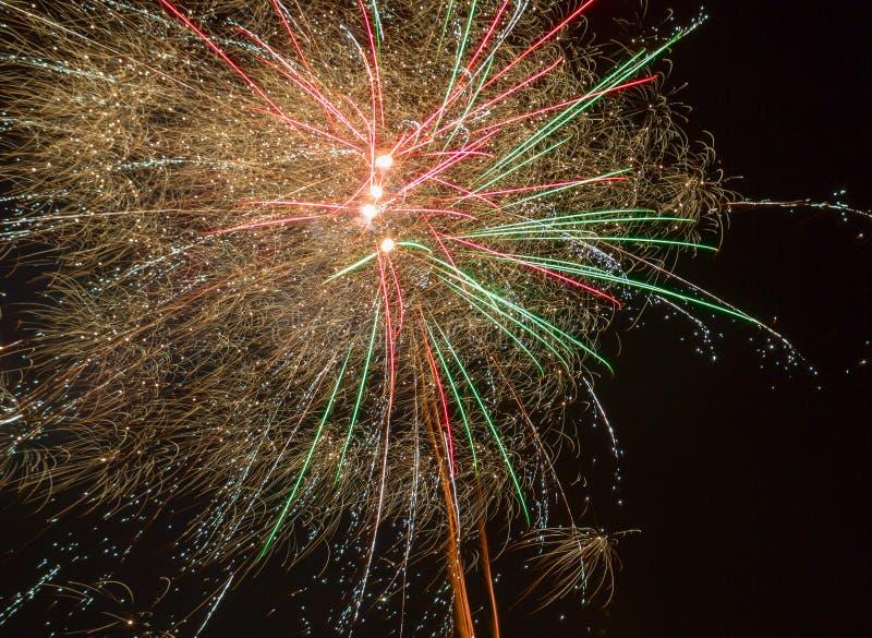fajerwerki Fajerwerki zaświecają up nocne niebo zdjęcia stock