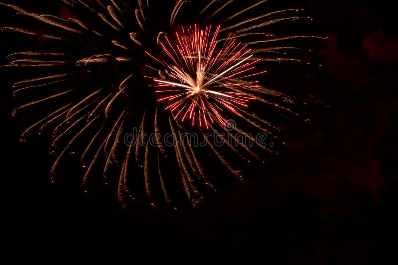 Fajerwerki zaświecają w górę wakacyjnego nieba w Floryda wiosce rybackiej fotografia royalty free