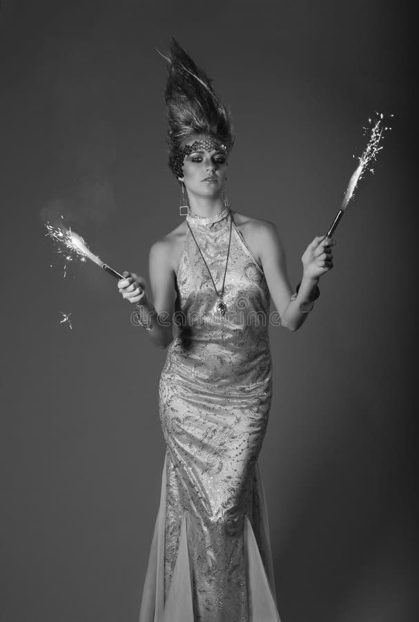 Fajerwerku mienia kobieta w eveningdress z pionowym włosy obrazy royalty free