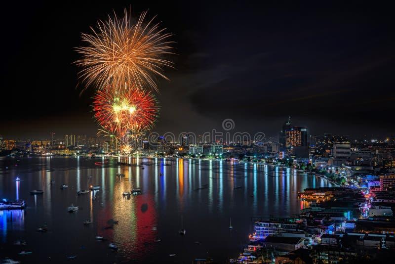 Fajerwerku nowego roku świętowanie przy Pattaya plażą zdjęcia royalty free