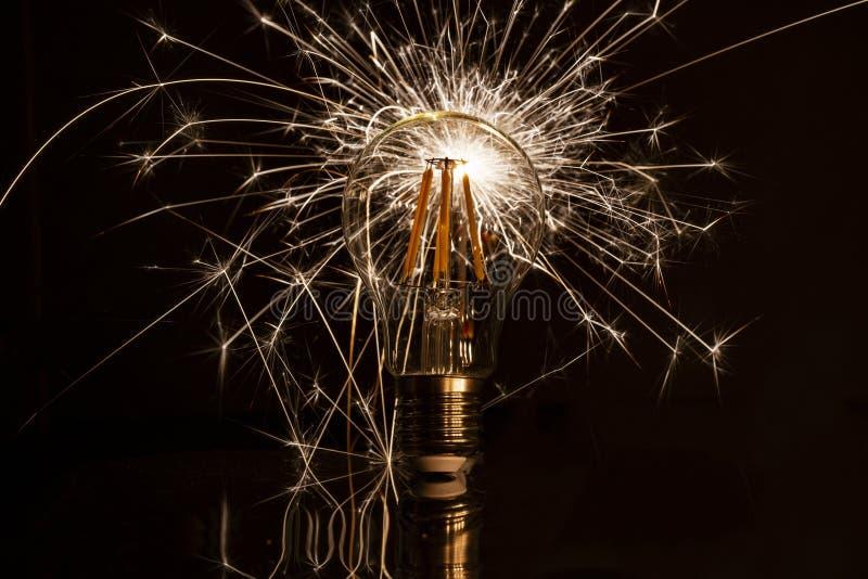 Fajerwerku sparkler pokazuje przez DOWODZONEJ żarówki obraz royalty free