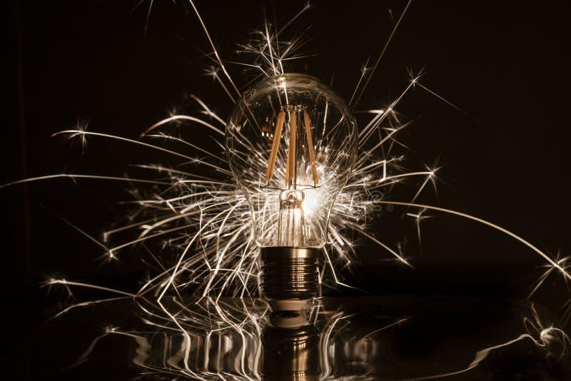 Fajerwerku sparkler pokazuje przez DOWODZONEJ żarówki zdjęcie royalty free