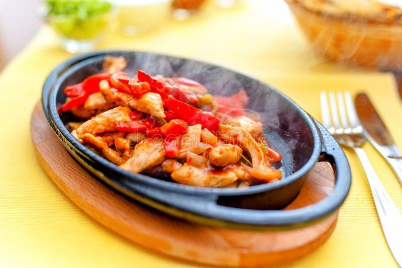 Fajita цыпленка куря горячий, который служат на железной плите стоковые изображения rf