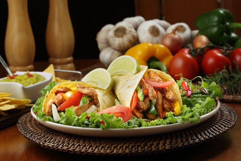Fajita цыпленка с гуакамоле и tortillas стоковые фотографии rf