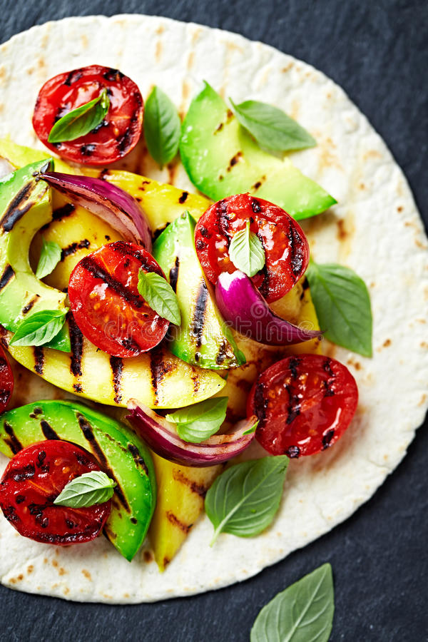 Fajita con l'avocado arrostito, il mango e Cherry Tomatoes fotografia stock libera da diritti
