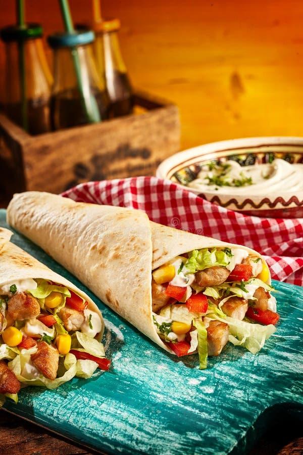 Fajitas цыпленка с свежими овощами на таблице стоковые изображения