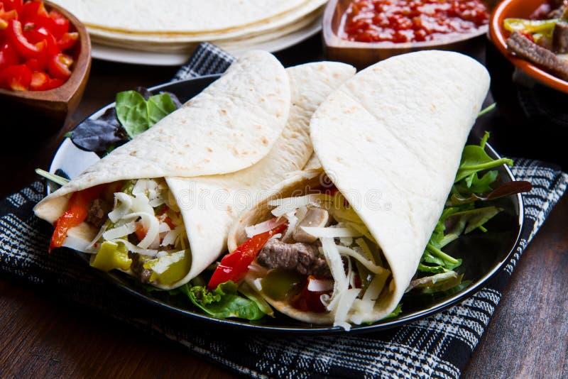Fajitas caseiros da galinha e da carne com vegetais e tortilhas imagens de stock