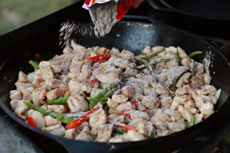 Fajitas da galinha no frigideira do ferro fundido imagens de stock