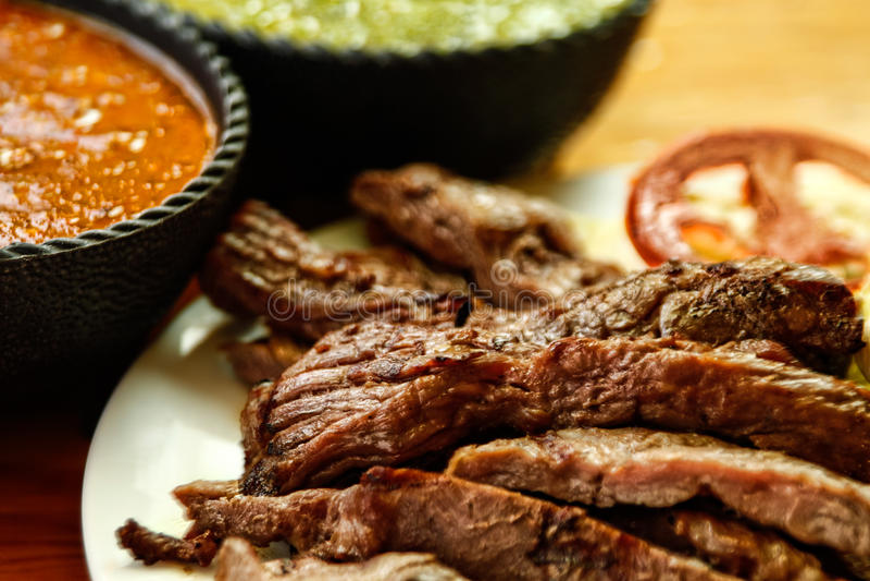 Fajitas de la carne de vaca con las salsas foto de archivo